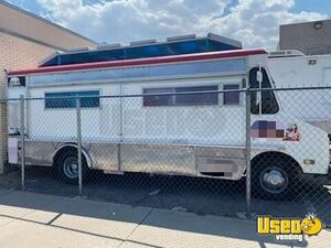 1983 P30 Kitchen Food Truck All-purpose Food Truck Cabinets New Mexico Gas Engine for Sale