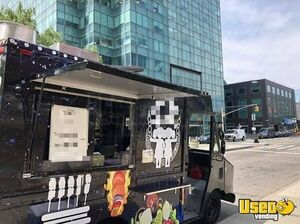 1994 P30 Kitchen Food Truck All-purpose Food Truck Diamond Plated Aluminum Flooring New York for Sale