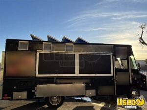 1997 P30 Kitchen Food Truck All-purpose Food Truck Concession Window California Diesel Engine for Sale
