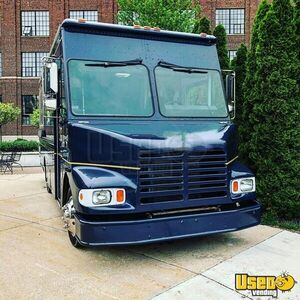 2003 Freitliner M-line Walk In V All-purpose Food Truck Concession Window Michigan Diesel Engine for Sale
