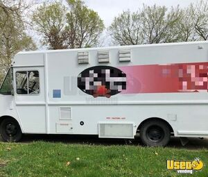 28' Chevrolet P30 Step Van Kitchen Food Truck / Used Mobile Kitchen Unit for Sale in Iowa!