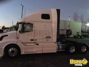 2013 Volvo 670 Sleeper Truck with D13 Engine / Semi Truck in Mint Condition for Sale in Virginia!